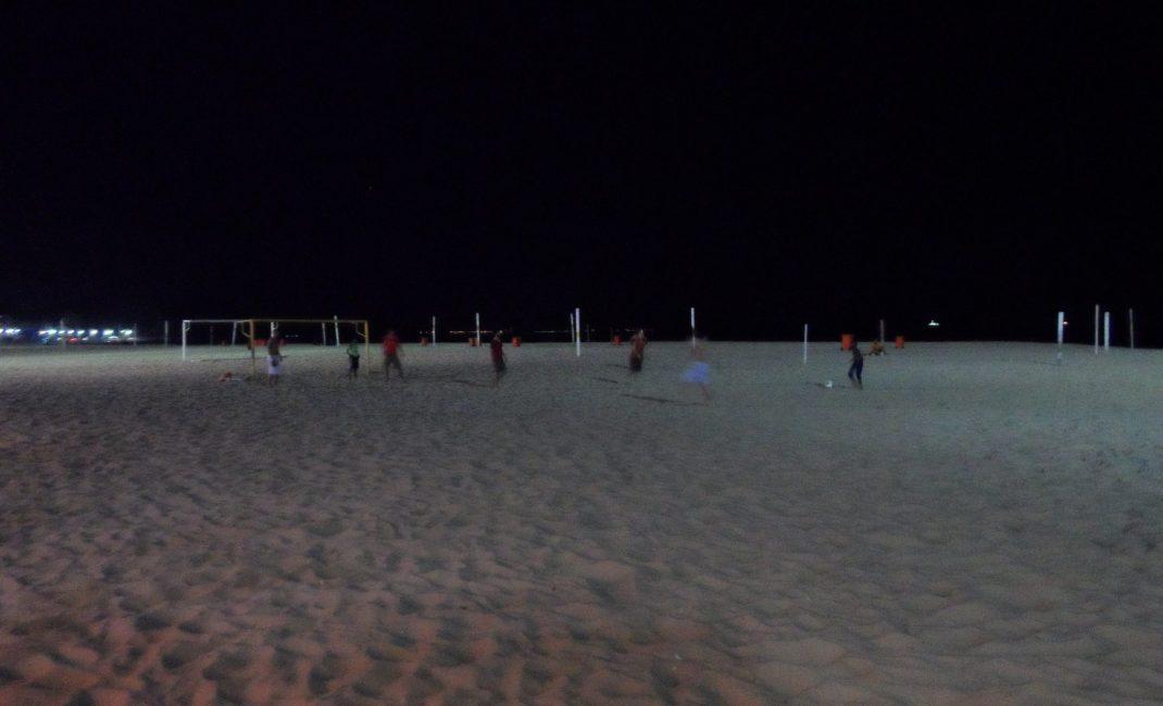Nachtelijk partijtje voetbal op Copacabana!
