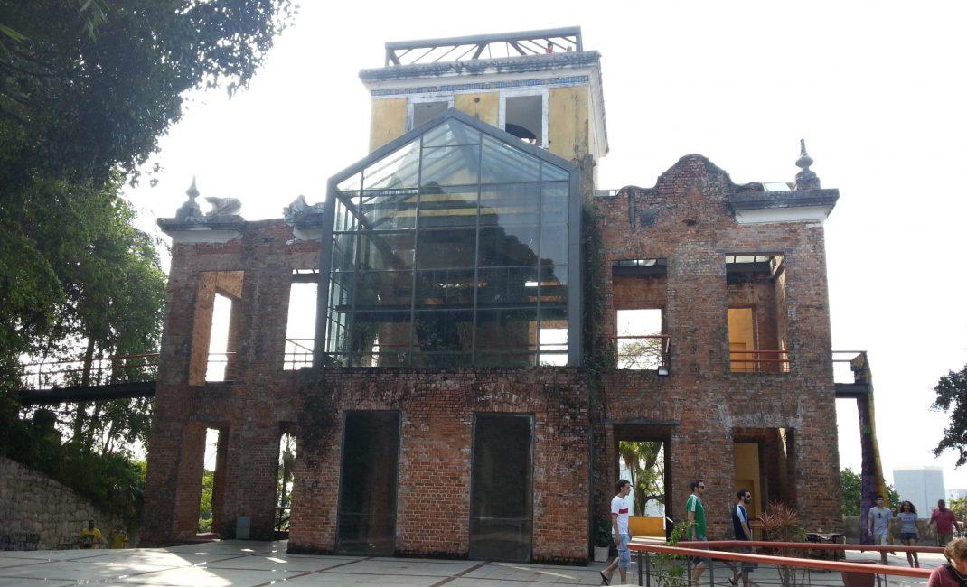 Het 'Parque das Ruinas', met bovenin een prachtig panorama op de stad, is gratis te bezoeken.
