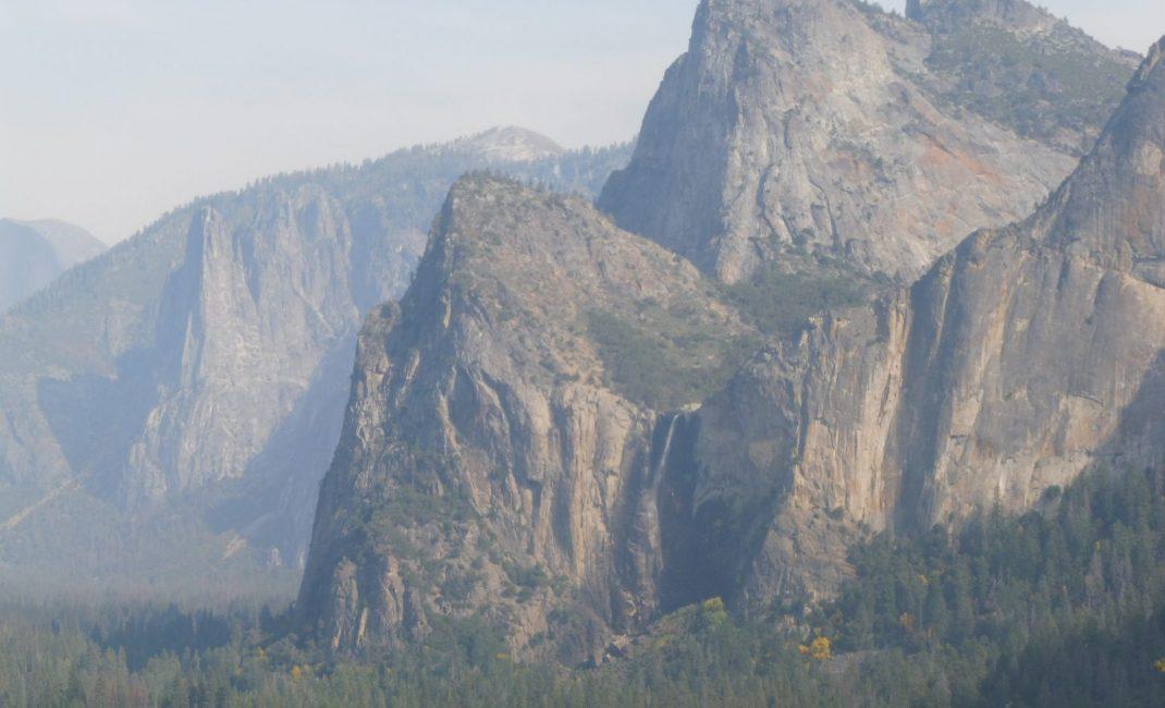 Links bovenaan Half Dome, rechts onderaan Bridalveil Falls